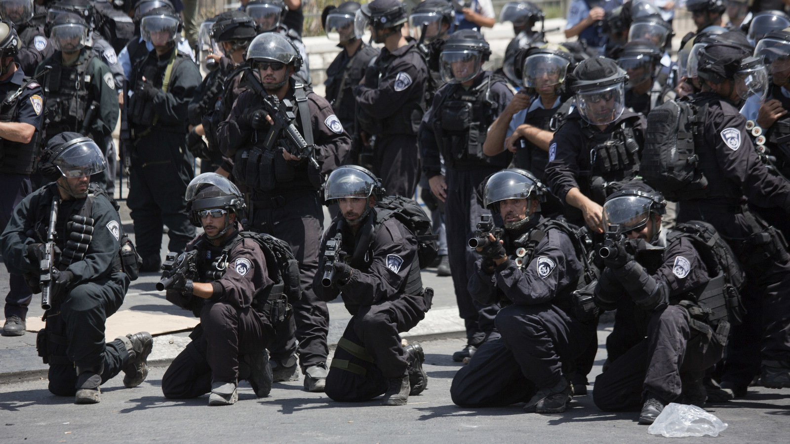 Israeli riot police aim their rifles at protesters outside of Jerusalem's Old City, July 28, 2017. (AP/Ariel Schalit)