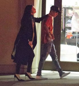 Selena-Gomez-and-Justin-Bieber-Leaves-The-Montage-Hotel-bebe